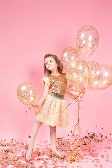 Glückliches junges mädchen, das bündel ballone hält