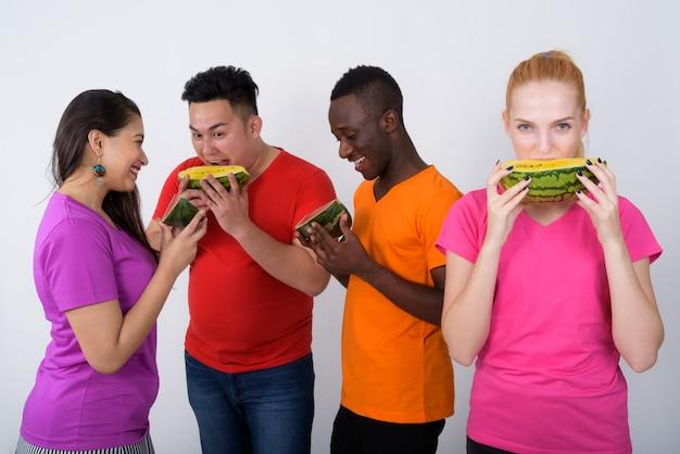 Glückliches junges mädchen mit vielfältiger gruppe von multiethnischen freunden