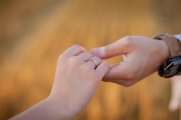 Glückliches junges paar auf stroh, romantisches menschenkonzept, schöne landschaft, sommersaison