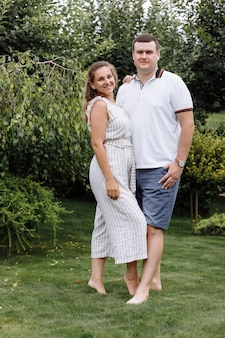 Glückliches junges paar, das draußen am sommertag küsst und umarmt