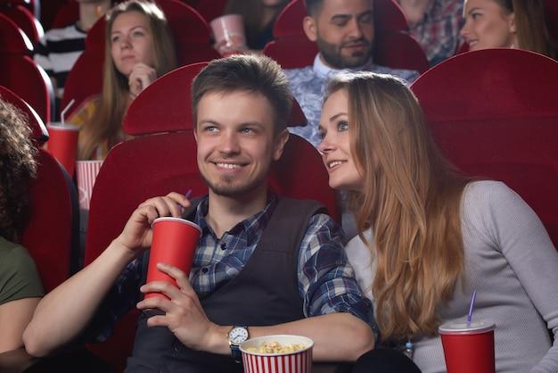 Glückliches junges paar, das ein date im kino hat, das genießt, einen film zusammen romantische beziehungen romantisches dating freund freundin unterhaltsames aktivitätswochenende anzusehen.