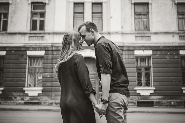 Glückliches junges paar. das konzept einer glücklichen familie mit starken gefühlen. verliebte junge leute