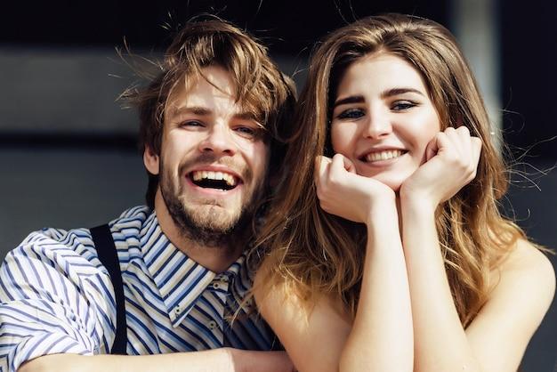 Glückliches junges paar, das lächelt und spaß am sonnigen sommertag hat