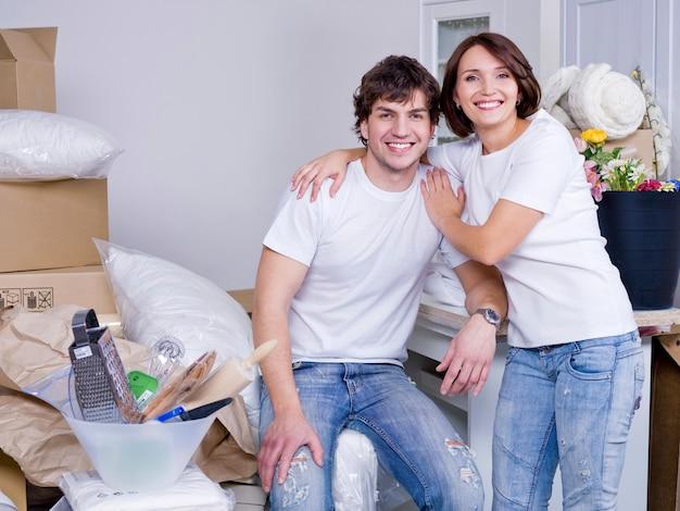 Glückliches junges paar, das nach dem umzug zusammen bleibt