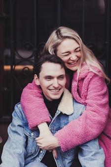 Glückliches junges paar, das spaß zusammen hat