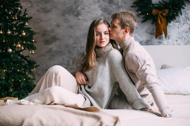 Glückliches junges paar, das zu hause im bett bleibt