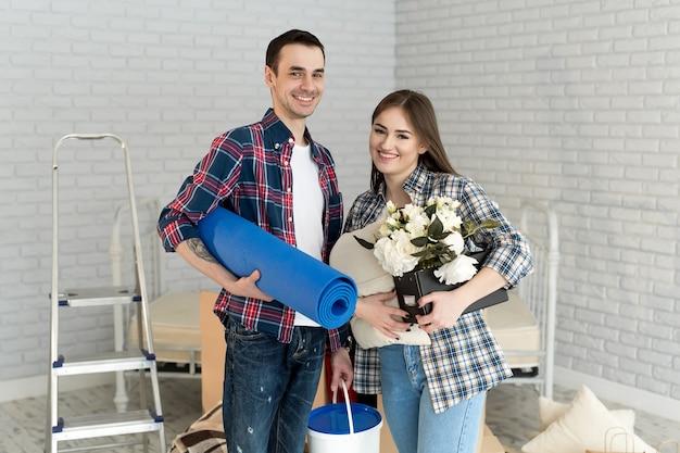 Glückliches junges paar, das zusammen in neue wohnung zieht