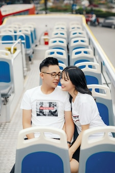 Glückliches junges paar im bus sitzen