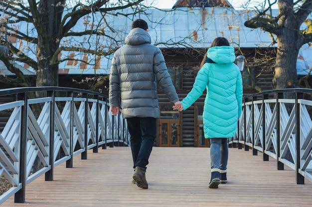 Glückliches junges paar im winterpark, der spaß am valentinstag hat.