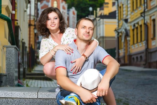 Glückliches junges paar in der liebe, die in der stadt aufwirft