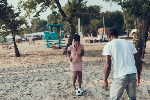 Glückliches junges paar steht auf fluss-strand still