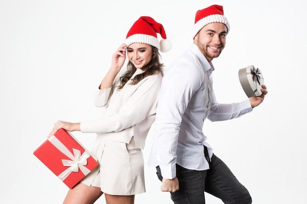 Glückliches junges weihnachtspaar mit geschenken