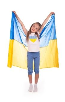 Glückliches junges weißes mädchen, das ukraine-flagge lokalisiert auf einem weißen hintergrund hält.