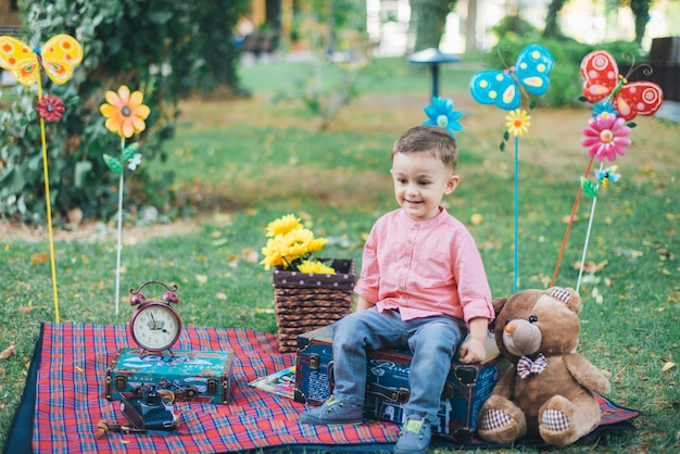 Glückliches juniorbaby im garten an einem sonnigen tag