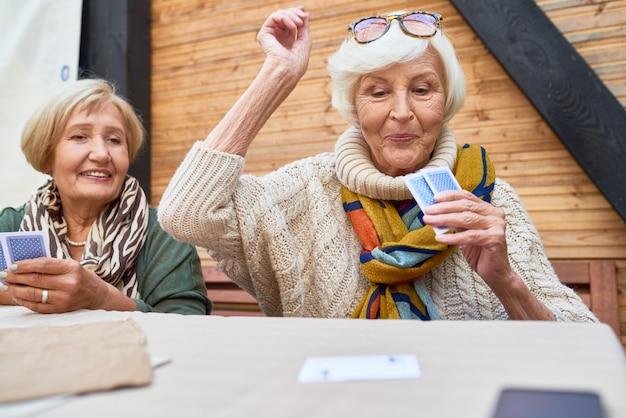 Glückliches kartenspiel der alten dame, das gewinnt