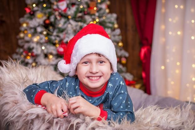 Glückliches kind an weihnachten