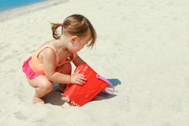 Glückliches kind auf see in griechenland spielt in der natur