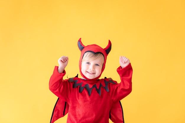 Glückliches kind, das halloween-kostüm trägt