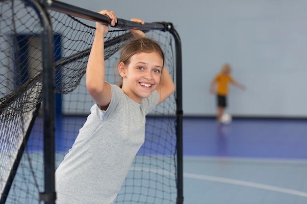 Glückliches kind, das ihren sportunterricht genießt