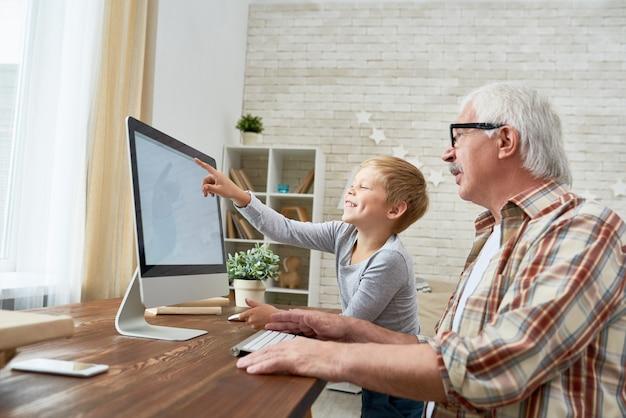 Glückliches kind, das internet lernt