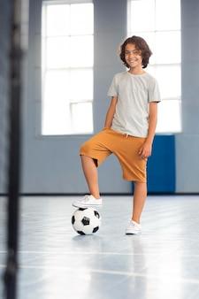 Glückliches kind, das seinen sportunterricht genießt