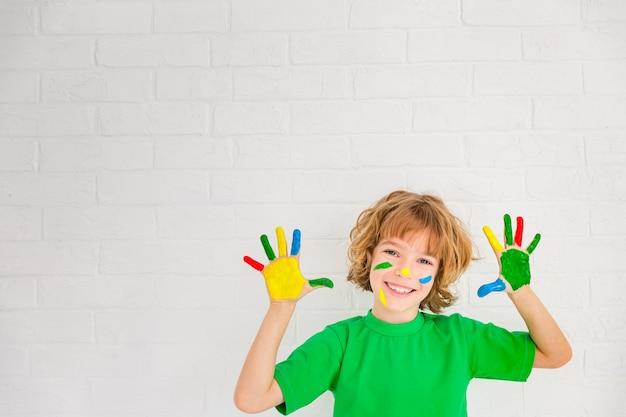 Glückliches kind, das zu hause spielt. kind, das drinnen spaß hat. frühjahrssanierungskonzept