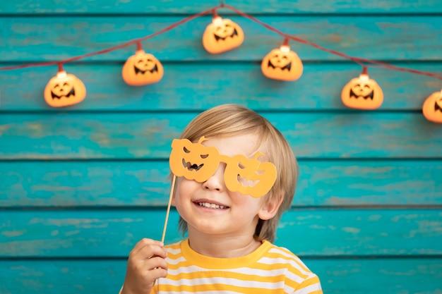 Glückliches kind gekleidetes halloween-kostüm