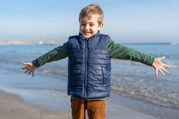 Glückliches kind im freien am strand