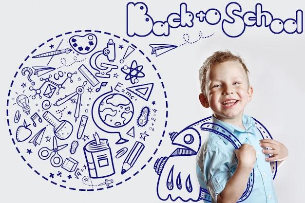 Glückliches kind in einem hellen hemd geht zum ersten mal zur schule. hinter ihm ist ein rucksack, in dem eine vielzahl von ikonen stecken