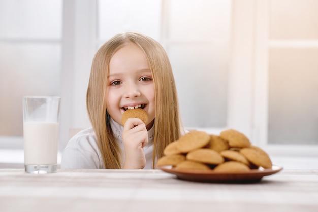 Glückliches kind isst keks