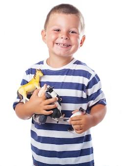 Glückliches kind mit dinosaurier-spielzeug