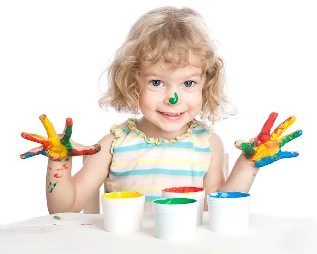 Glückliches kind mit finger malen
