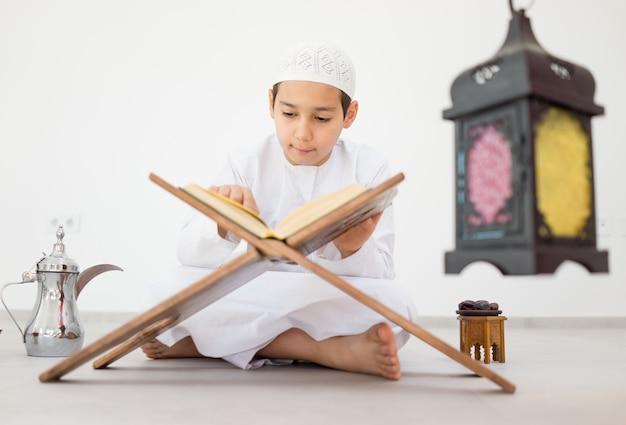 Glückliches kind mit ramadan-laterne