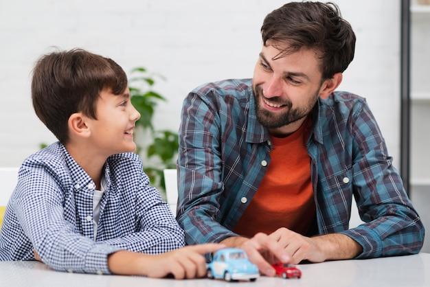 Glückliches kind spielt mit seinem vater