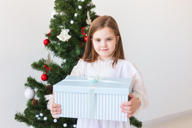 Glückliches kindermädchen mit geschenkbox