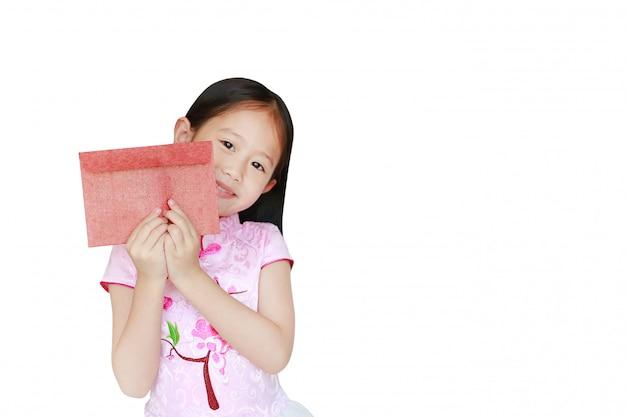 Glückliches kleines asiatisches kindermädchen, das das rosa traditionelle cheongsam kleiderlächeln trägt