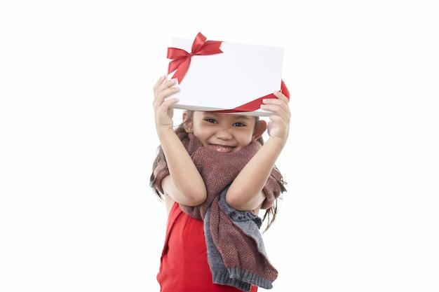 Glückliches kleines asiatisches mädchen, das weihnachtsmütze trägt