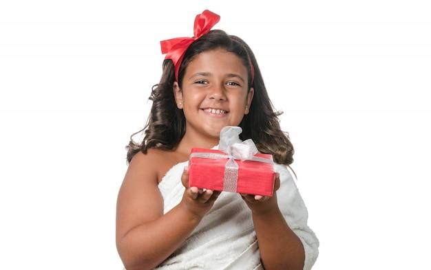 Glückliches kleines mädchen mit einem geschenk
