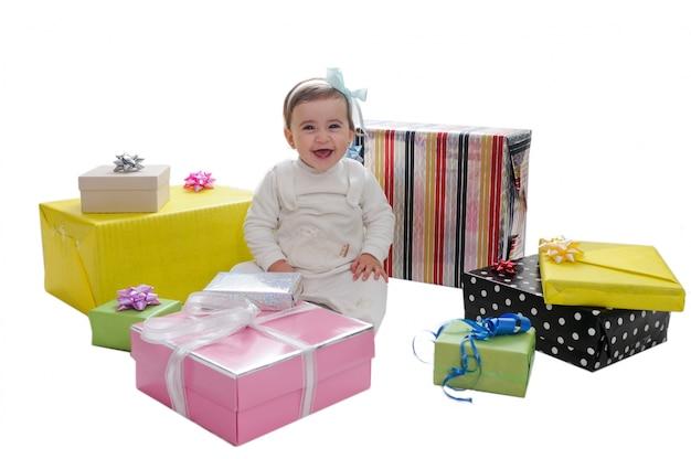Glückliches kleines mädchen mit ihren geschenken