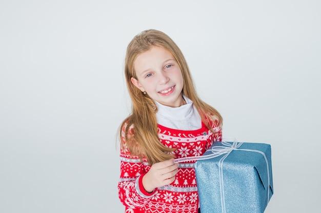 Glückliches kleines mädchen mit langen haaren offene box mit weihnachtsgeschenk
