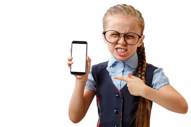 Glückliches kleines mädchen zeigen ihr smartphone mit weißem bildschirm. attrappe, lehrmodell, simulation