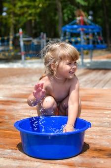 Glückliches kleines mädchenkind auf natur im sommer. aktives kleines mädchen 2-3 jahre alt an der frischen luft.