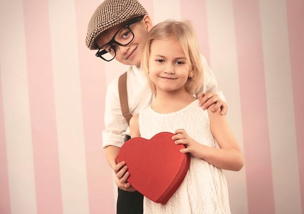 Glückliches kleines paar mit valentinsgeschenk