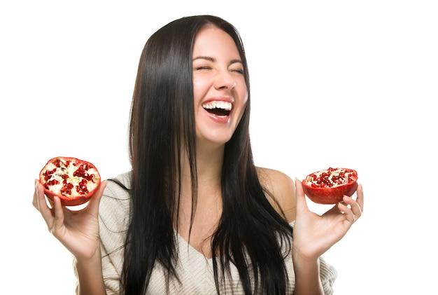 Glückliches lachendes mädchen mit frucht zu ihren händen