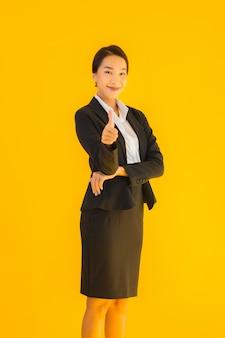 Glückliches lächeln der jungen geschäftsasiatin des schönen porträts in vielen aktionen