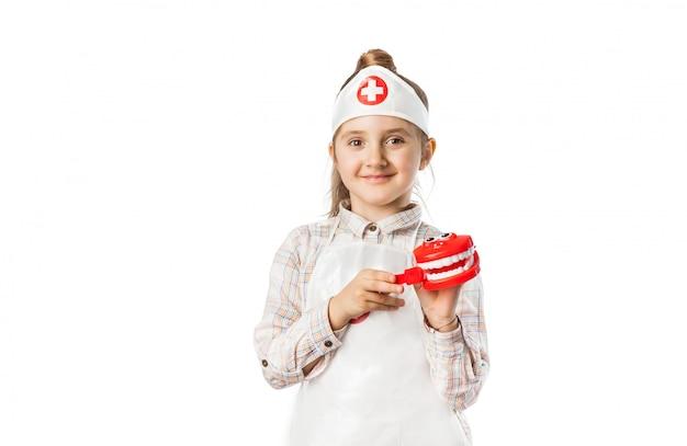 Glückliches lächelndes baby mit zahnarztwerkzeug