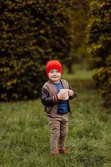 Glückliches lächelndes kind, das draußen in einem garten spielt
