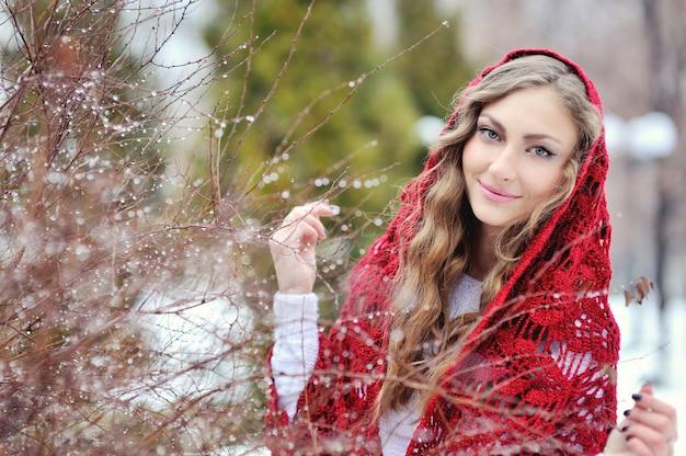 Glückliches lächelndes mädchen im winter