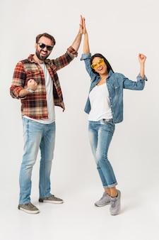 Glückliches lächelndes paar, das fünf gewinnerteam lokalisiert auf weißem studio gibt