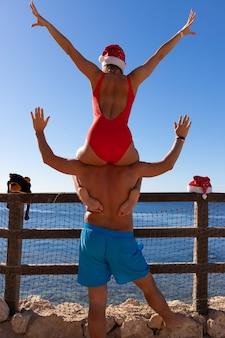 Glückliches lächelndes paar in der liebe feiern weihnachten und neujahr am roten meer.